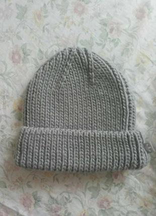 Вязанная серая шапка adidas