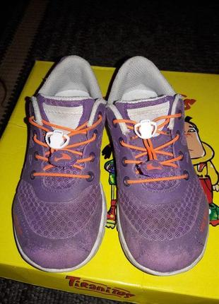 Крутые фирменные кроссовки для ребенка.