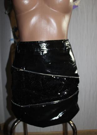 Модная лаковая юбка с паетками