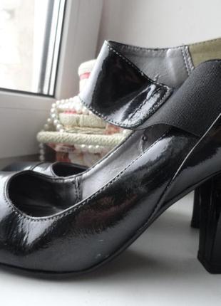 Лаковые кожаные туфли на толстом устойчивом каблуке