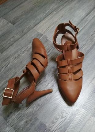 Шикарные кожаные новые сандали босоножки  туфл мюли new look