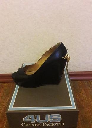 Туфли черные  на танкетке со съемным украшением на пятке