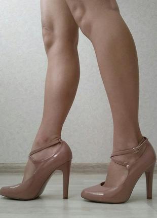 Бежевые туфли с застёжками