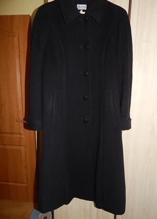 Демисезонное шерстяное пальто миди. классика