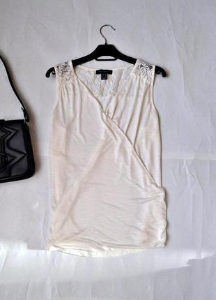 Трикотажная белая блуза на  запах и кружевной вставкой