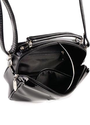 Черная маленькая лаковая сумка через плечо кроссбоди на молнии4 фото