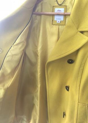 Осеннее желтое пальто