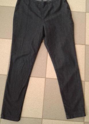 Тонкие темно-синие джинсы, зауженный крой
