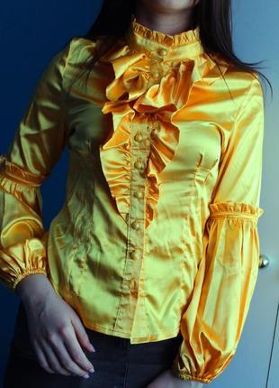 Яркая желтая атласная блуза с жабо