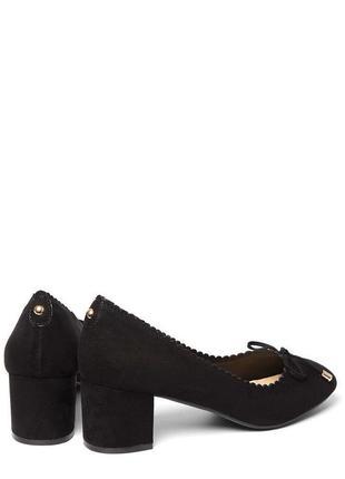 Классические туфли на квадратном каблуке