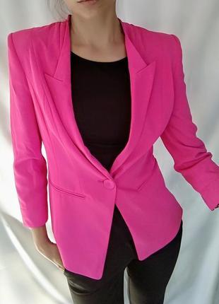 Неоновый розовый пиджак
