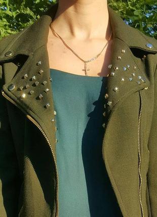 Стильная косуха от zara с молниями! куртка цвета хаки тканевая с шипами . трендовая косуха