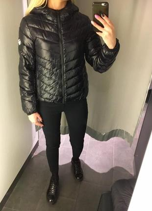 Чёрная демисезонная куртка на синтепоне с капюшоном. amisu. размеры уточняйте.