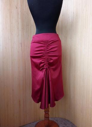 Красная атласная юбка ассиметрия с кулиской в офисном / деловом стиле