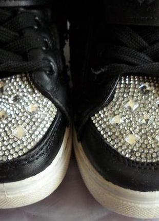 Моднячие ботинки в стразах
