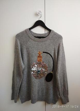Серый свитер с аппликацией из паеток