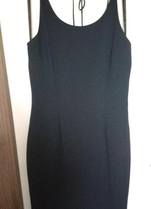 Маленькое чёрное платье с открытой спинкой
