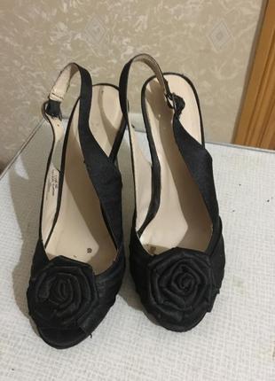 Стильные черные туфли с розочками