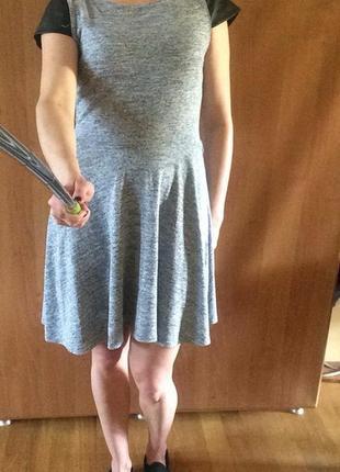 Серенькое платье с рукавами из кожзам