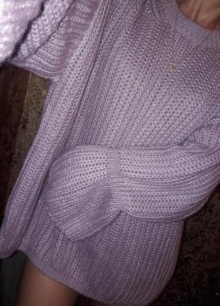 Длинный свитер оверсайз крупной вязки цвета сирени с модным рукавом