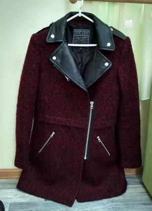 Стильное шерстяное буклированое пальто с кожаными вставками new look
