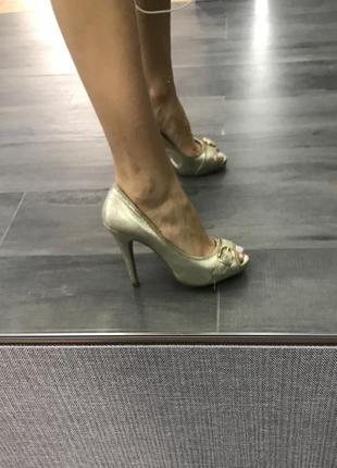 Золотые туфельки на высоком каблуке