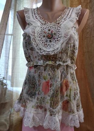 Нарядная вискозная блуза с кружевным  узором.