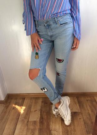 Крутые джинсы с патчами в паетках