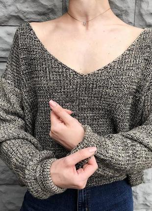 Трендовый оверсайз свитер на плечи