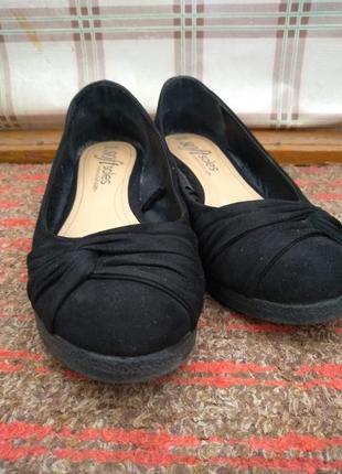 Удобные туфли на танкетке