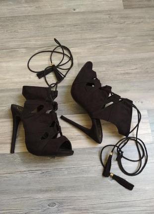 Стильные босоножки гладиаторы с шнуровкой кисточками