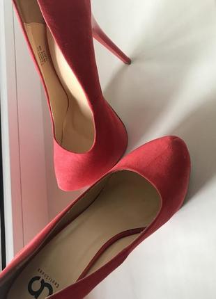 Туфли алого цвета