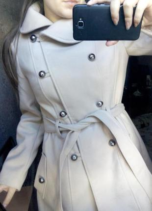 Пальто бежевое на пуговицах,куртка