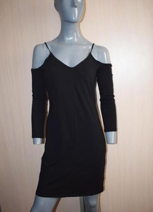 Черное прямое платье с оголенными плечами