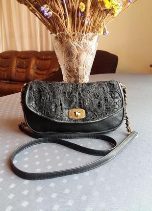 Красивая черная сумка кроссбоди с кружевом фирмы atmosphere