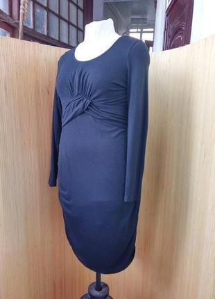 Чёрное женственное трикотажное платье под грудь в деловом стиле