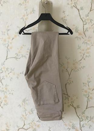 Нежные бежевые штаны джинсы