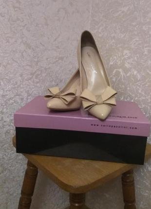 Бежевые туфли лодочки на среднем каблуке carlo pazolini