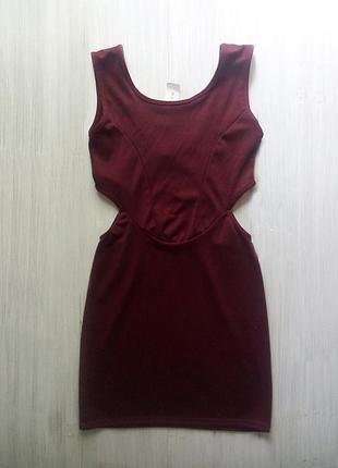 Оргинальное платье с вырезами цвета марсала