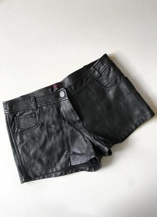 Чёрные короткие шорты под кожу , кожаные короткие шорты new look