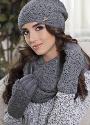 Красивая и элегантная теплая шапка серого цвета с шерстью енот