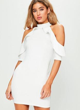 Белое мини платье с чокером оборкой и открытыми плечами