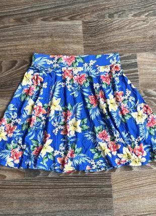 Синяя трикотажная мини юбка сонце клеш с гавайскими цветами, цветочками от new look