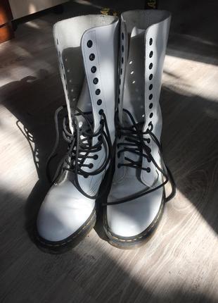Білі високі шкіряні чоботи dr.martens