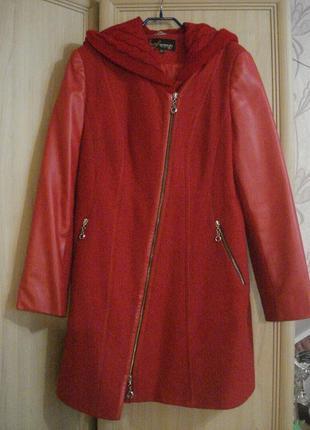 Красное демисезонное пальто favoritti