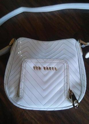 Белая лаковая сумка от ted baker