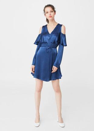 Синее платье под шелк открытые плечи с воланом от mango