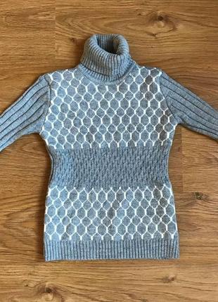 Теплый свитер с горловиной , приятный материал