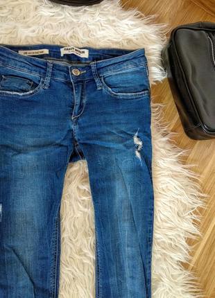 Очень классные синие джинсы из рваным низом , скинни, темные джинсы