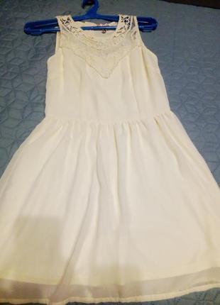 Красивое кремовое платье